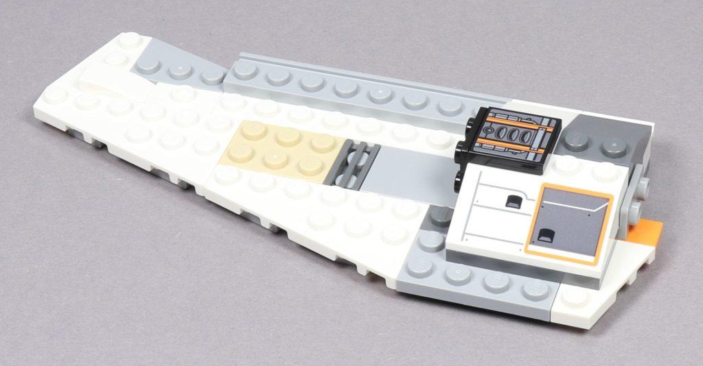 LEGO® Star Wars™ 75259 - Bauabschnitt 3 - linke Flügel mit ersten Antriebsteilen | ©2019 Brickzeit