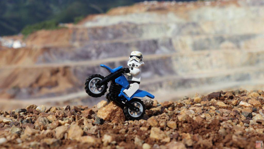 LEGO® Erzbergrodeo - Sandtrooper macht Wheelie | ©2019 Brickzeit