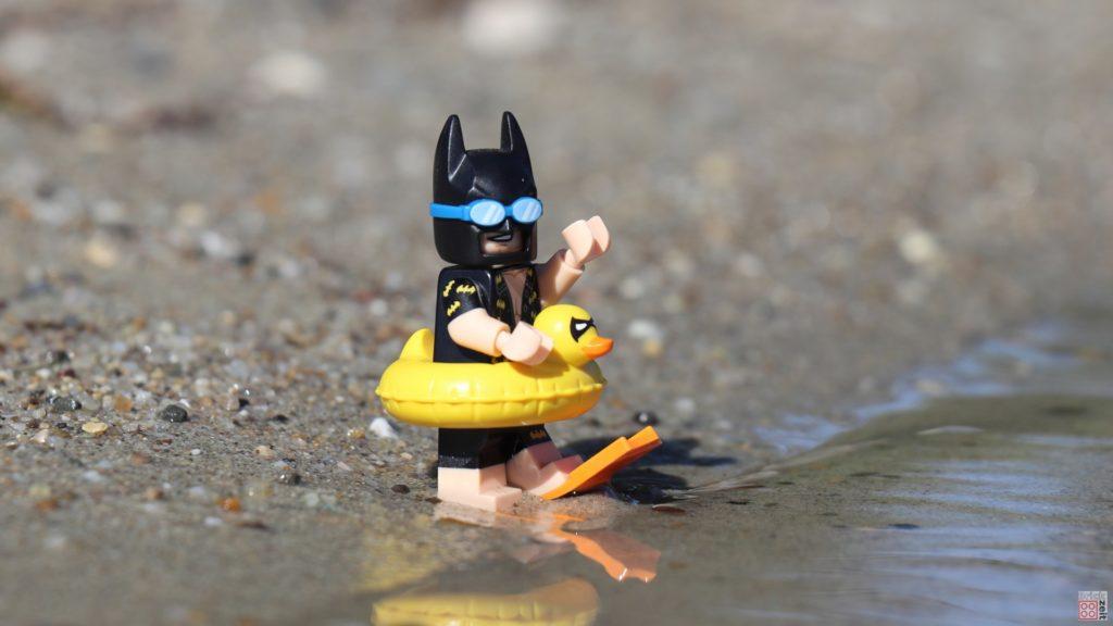 LEGO® Batman mit Schwimmreifen und Flossen | ©2019 Brickzeit