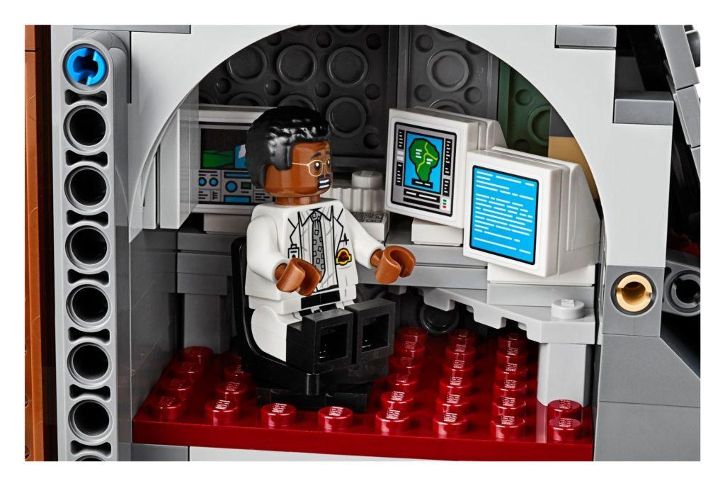 LEGO® 75936 - Ray Arnold im Computerraum | ©LEGO Gruppe