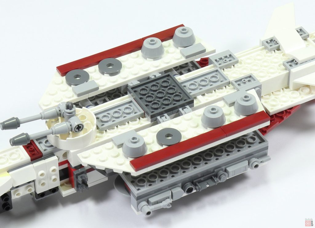 LEGO 75244 - Bauabschnitt 2, untere Rumpfwände befestigt | ©2019 Brickzeit