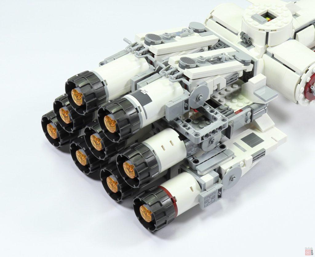 LEGO 75244 - Bauabschnitt 5, mittlere, obere Antriebe befestigt | ©2019 Brickzeit