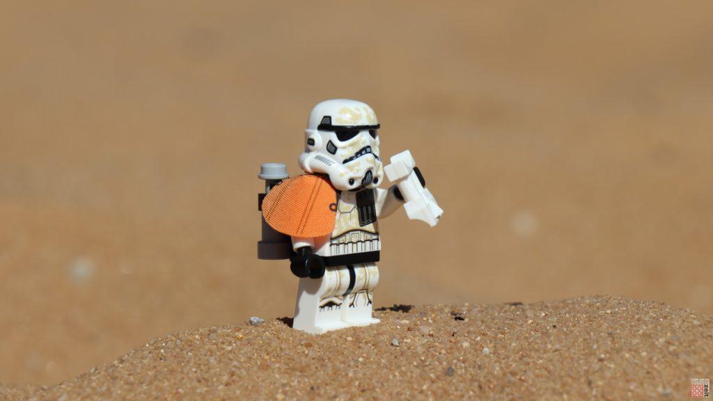 LEGO® Sandtrooper scannt die Umgebung nach Droiden ab | ©2019 Brickzeit