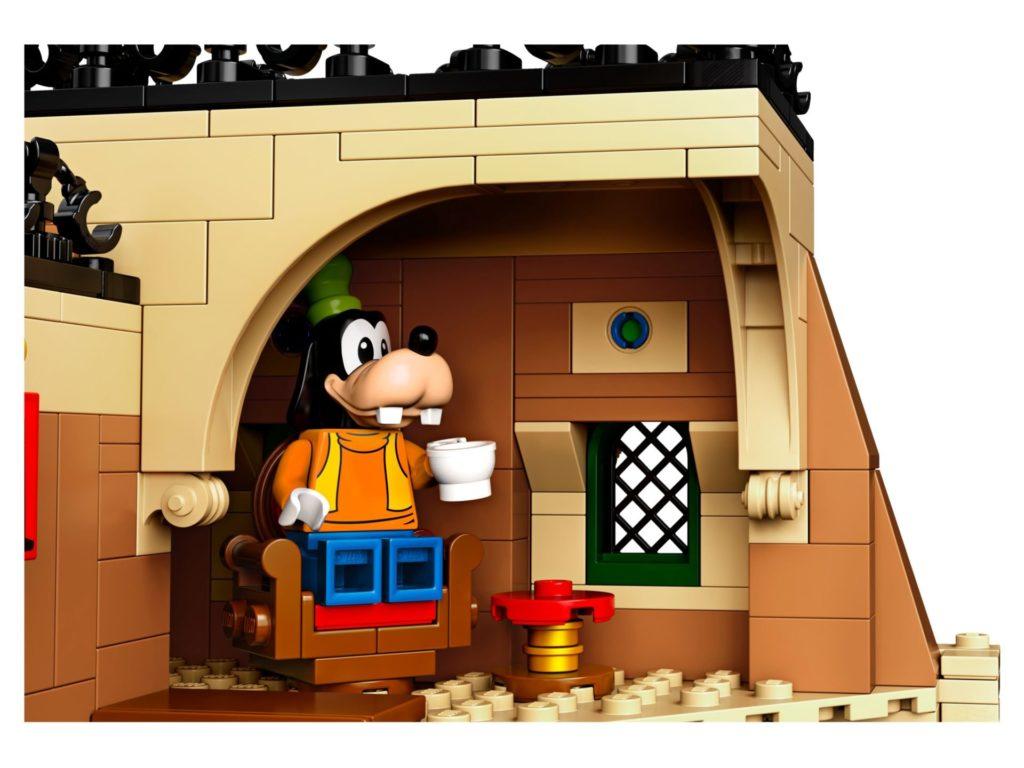 LEGO® 71044 Disney Zug mit Bahnhof - Goofy auf Sessel | ©LEGO Gruppe