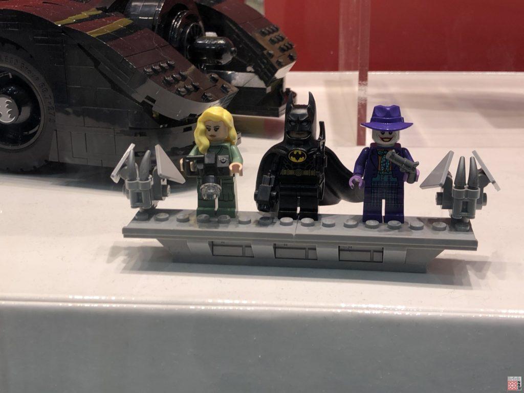 LEGO 76139 Minifiguren im Schaufenster | ©2019 Brickzeit