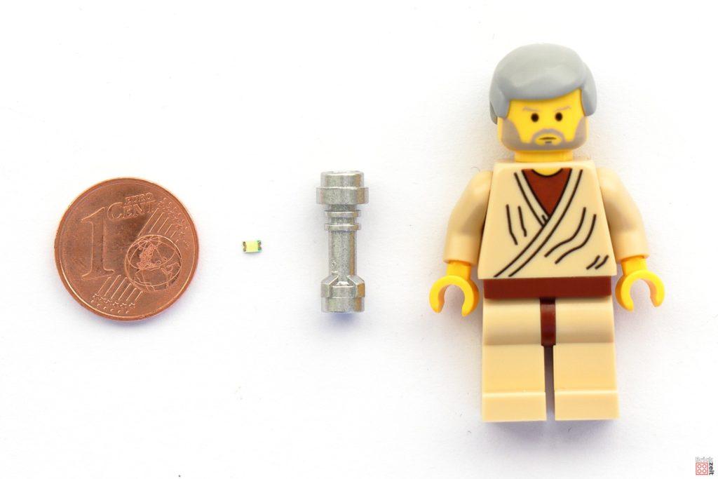 Größenvergleich einer 0805 SMD LED mit Cent-Stück, LEGO Lichtschwertgriff und Minifigur | 2020 Brickzeit