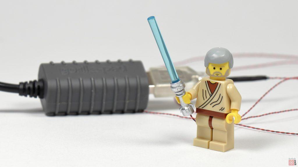 Ben Kenobi testet sein neues Lichtschwert | ©2020 Brickzeit