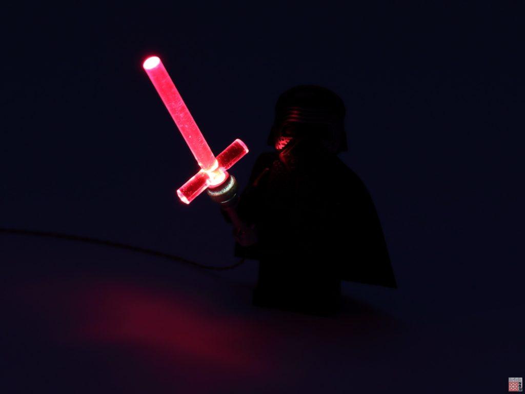 Kylo Rens Lichtschwert leuchtet auch | ©2020 Brickzeit