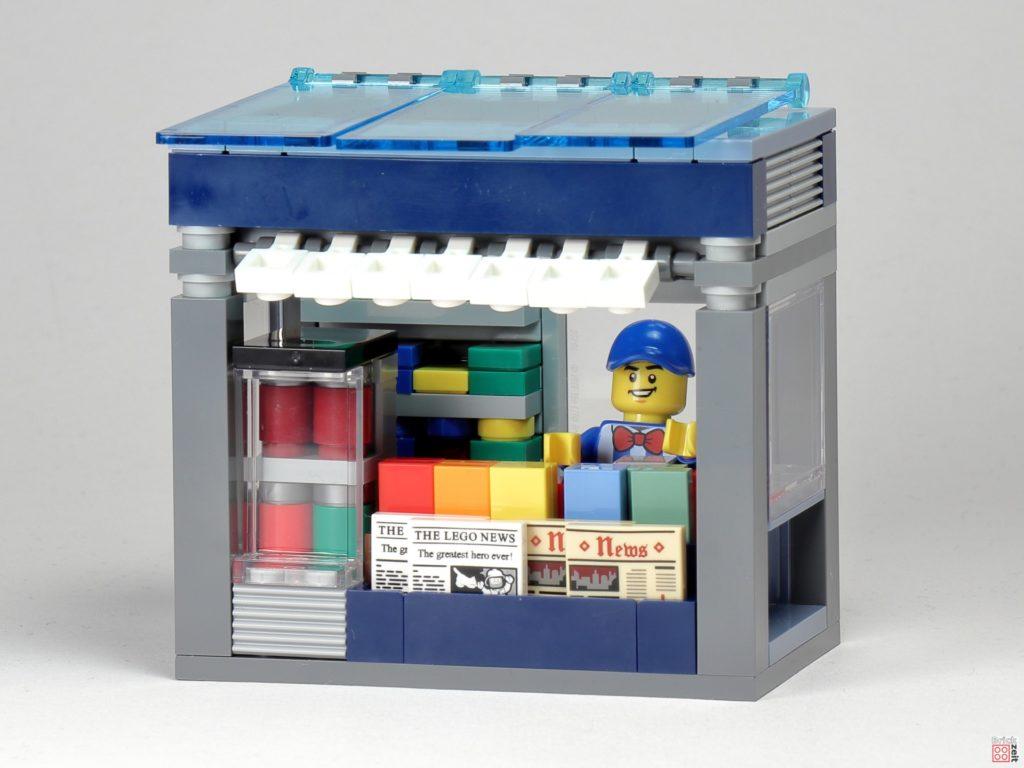 LEGO Zeitungskiosk - Vorderseite mit Minifigur | ©2020 Brickzeit