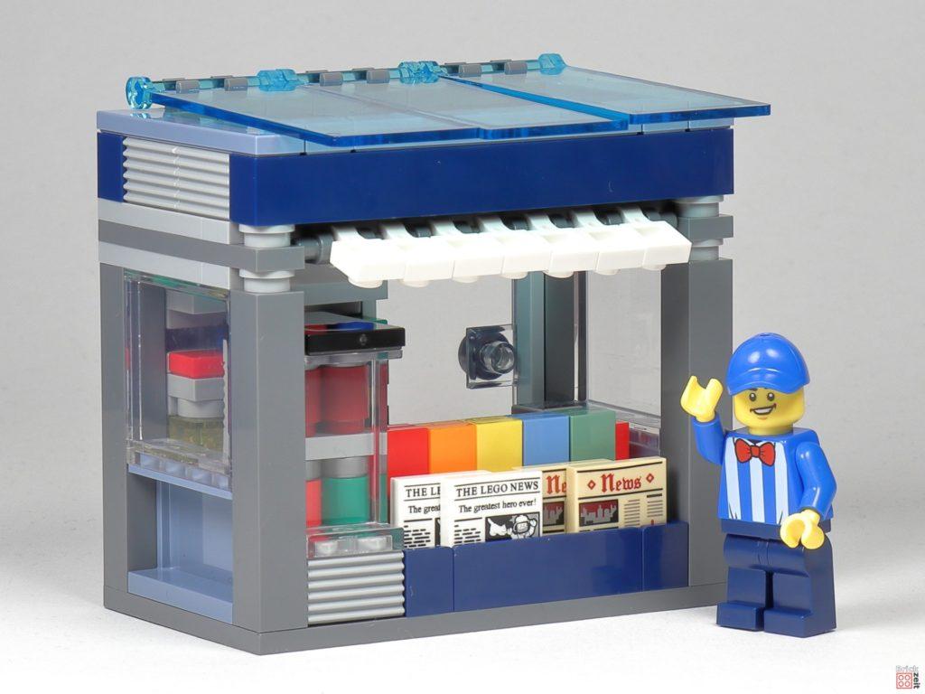 LEGO Zeitungskiosk - Minifigur vor dem Laden | ©2020 Brickzeit