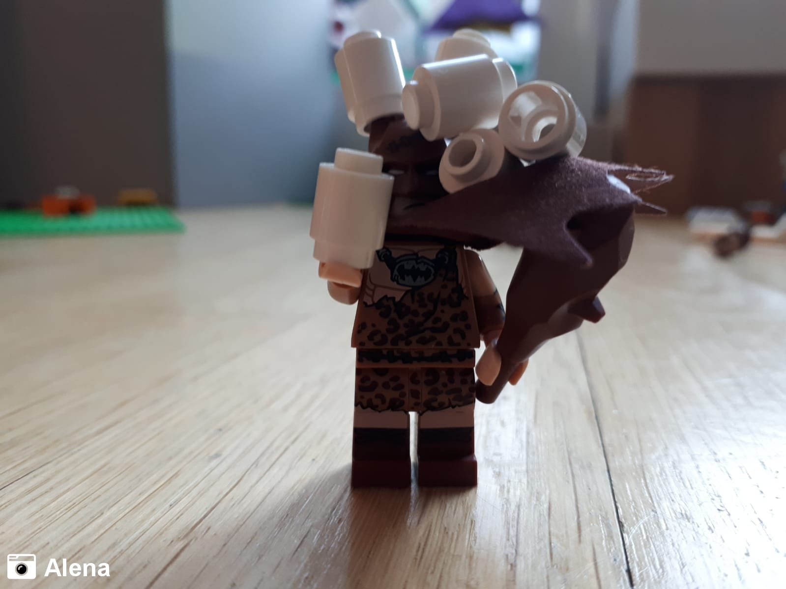 Neandertal Batman mit Toilettenpapier | Foto von Alena