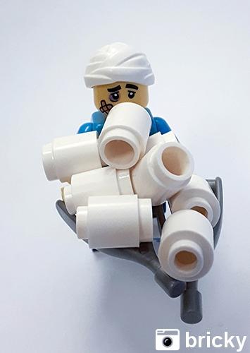 Minifigur mit Krücken mit Toilettenpapier | Foto von bricky