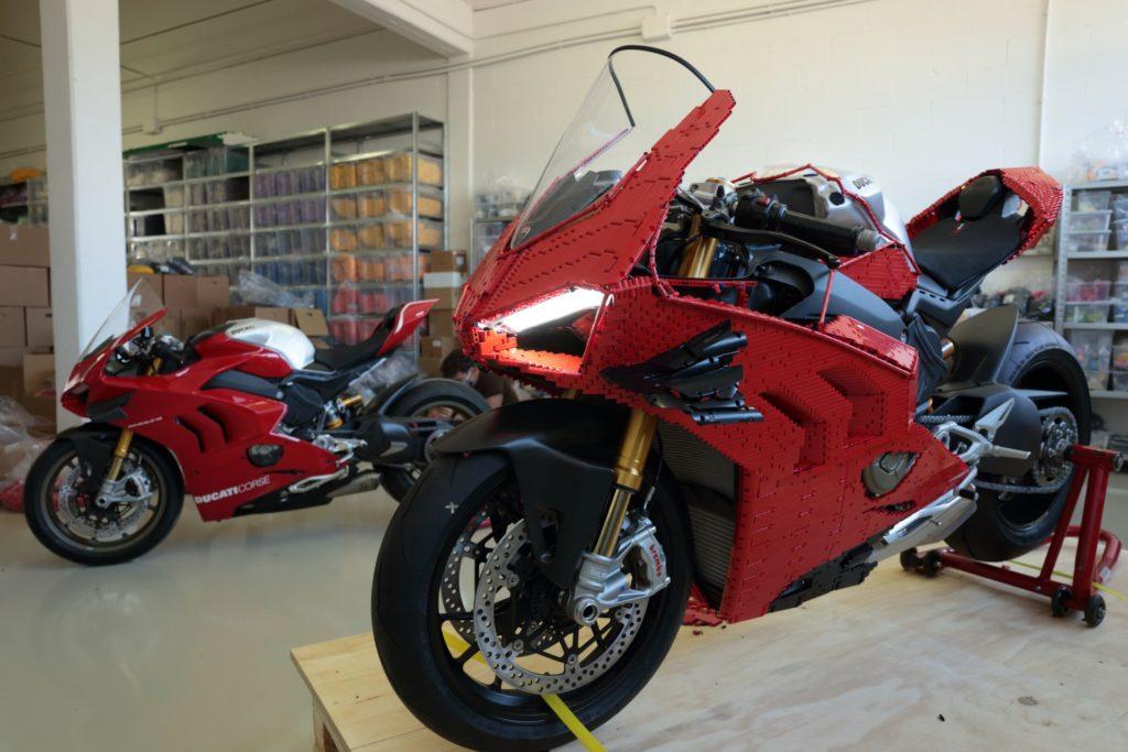Ducati Panigale V4 R mit LEGO Technic Verkleidung und das Originalmotorrad | ©LEGO Gruppe