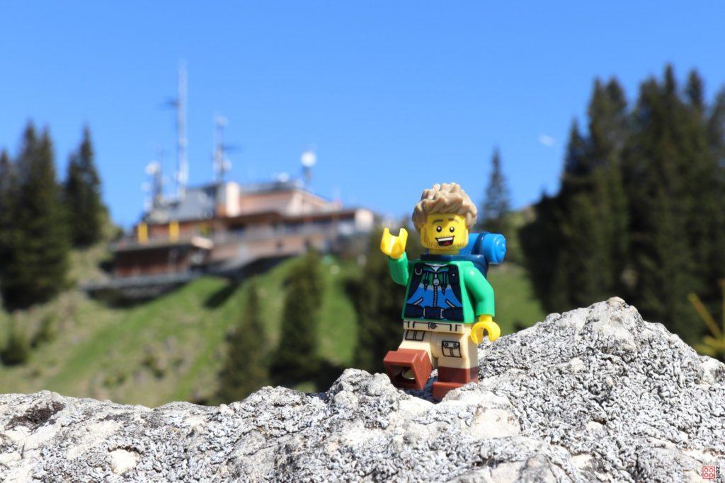 LEGO Wanderer mit Berggasthaus im Hintergrund | ©2020 Brickzeit