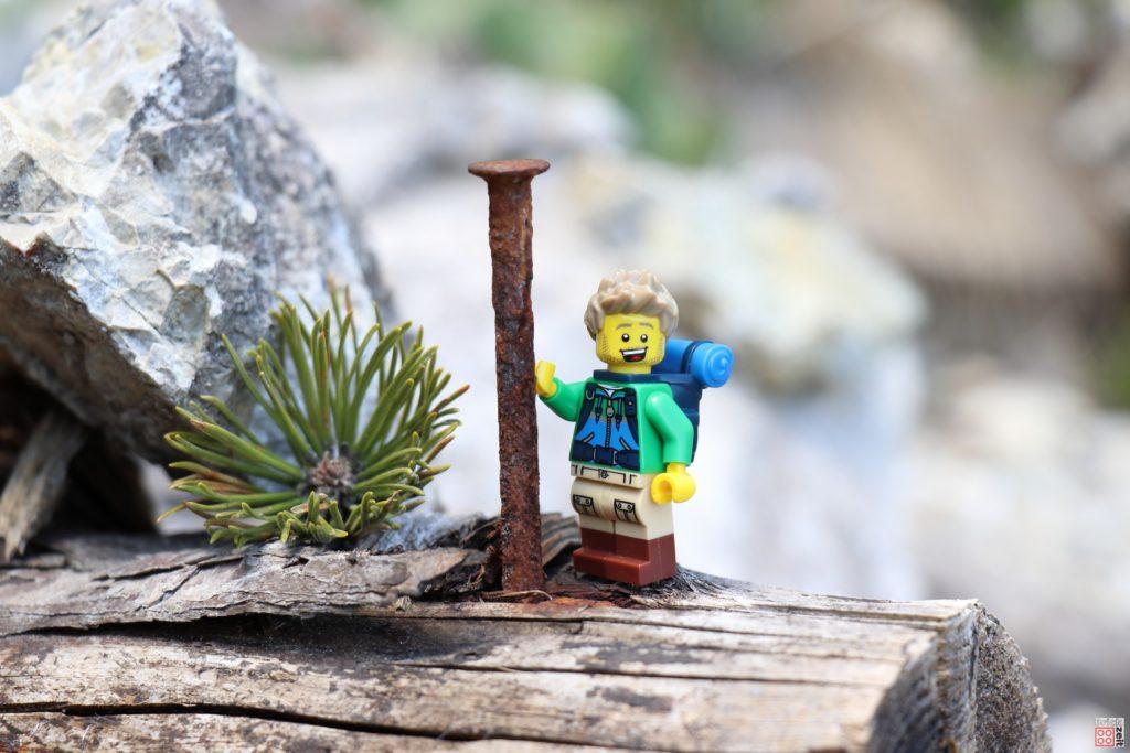 LEGO Wanderer und der Nagel | ©2020 Brickzeit