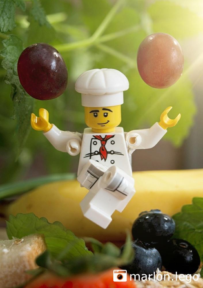 In der Luft schwebender Koch mit Trauben | ©marlon.lego