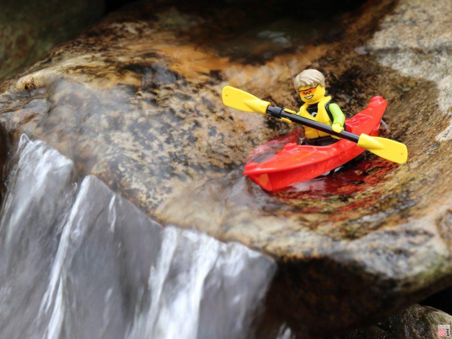 Wildwasserfahrt mit dem LEGO Kajak | ©2020 Brickzeit