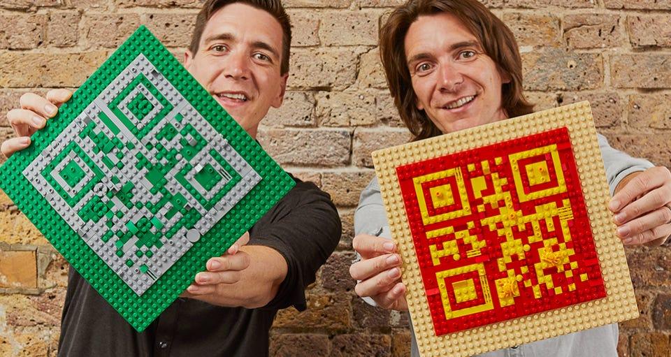 Oliver und James Phelps bauen den QR-Code | ©LEGO Gruppe
