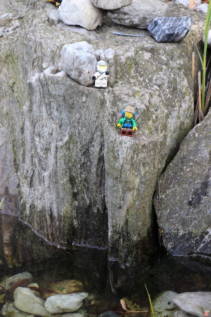 Zane und LEGO Wanderer an der Klippe | ©2020 Brickzeit