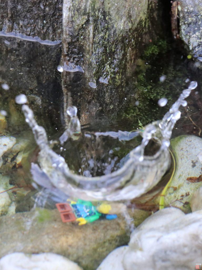 LEGO Wanderer springt ins Wasser | ©2020 Brickzeit