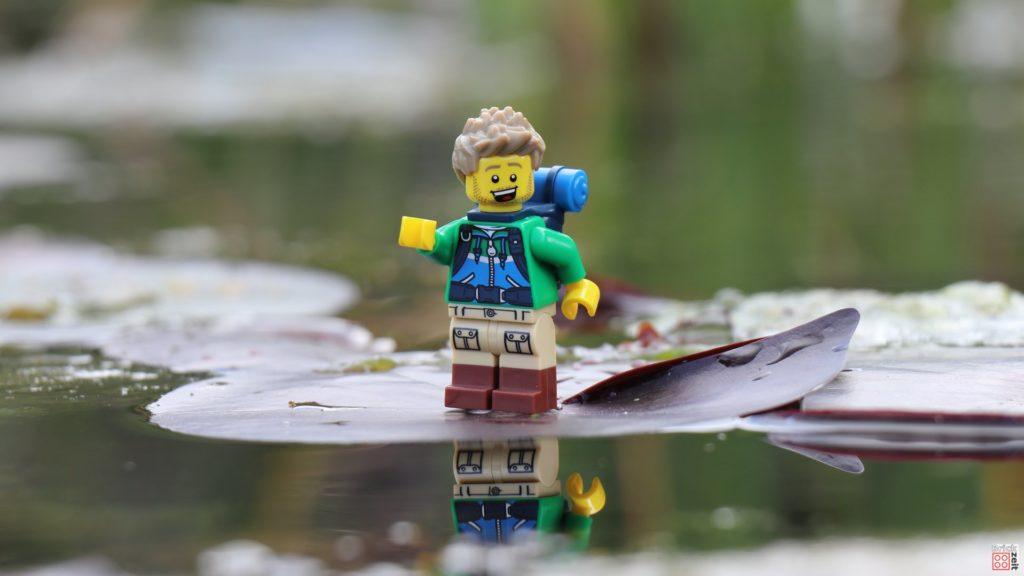 LEGO Wanderer läuft über Seerosenblätter | ©2020 Brickzeit