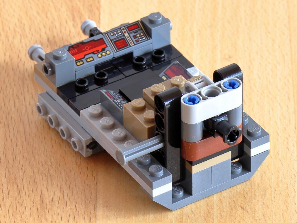 Montierte LEGO Technic Befestigung für AT-AT Kopf | ©Brickzeit