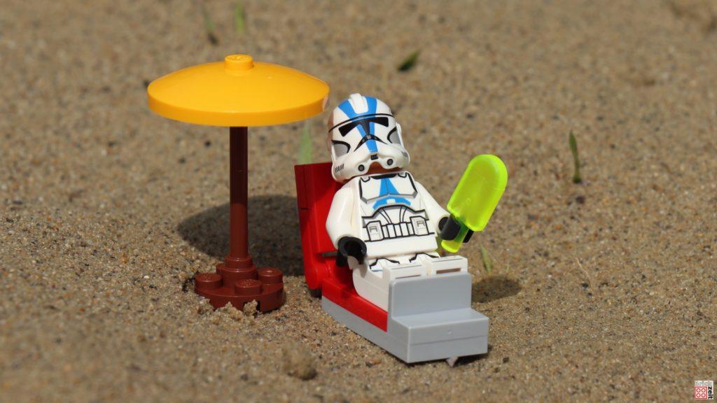 Clone Trooper entspannt mit einem Wassereis | ©Brickzeit