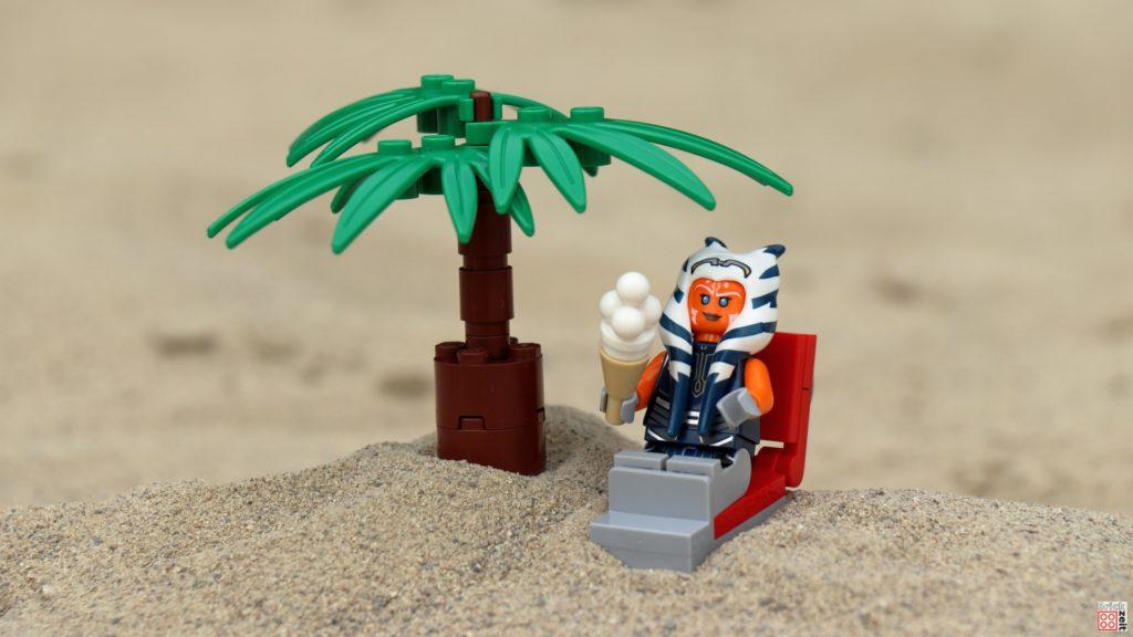 Ahsoka relaxed unter Palmen | ©Brickzeit