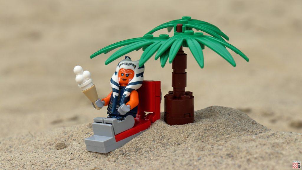Ahsoka genießt ein großes Eis unter Palmen | ©Brickzeit