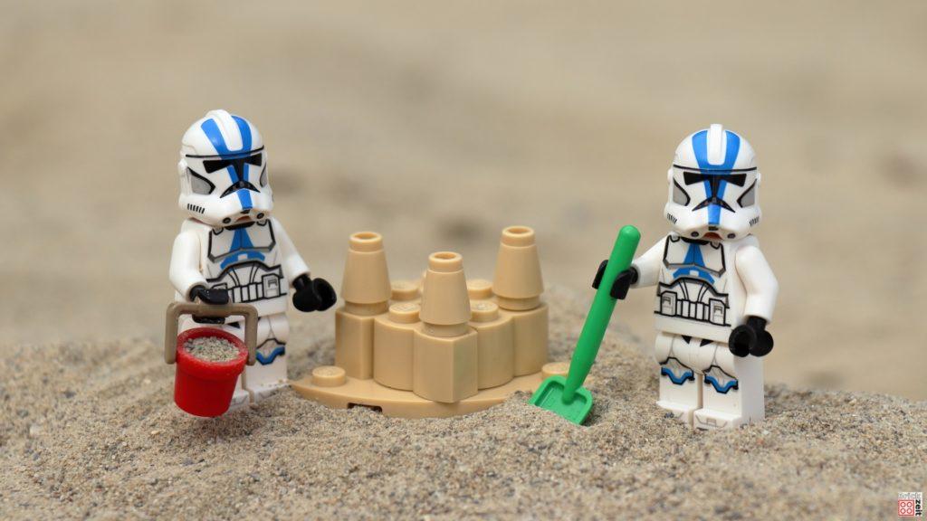 Clone Trooper bauen eine Sandburg | ©Brickzeit