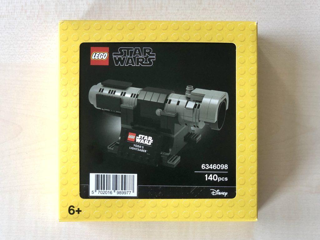 LEGO Star Wars 5006290 Yodas Lichtschwert Packung | ©Brickzeit