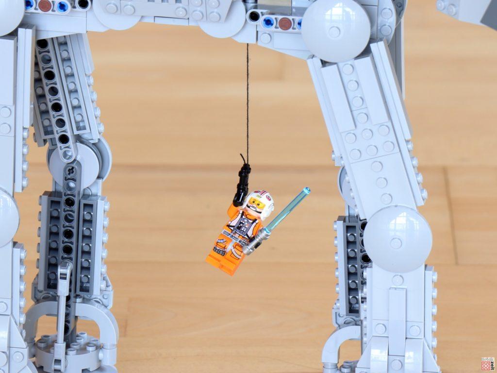 Luke am Seil unter dem AT-AT | ©Brickzeit