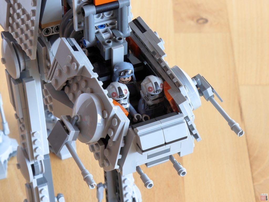 Drei Figuren haben im Cockpit des LEGO AT-AT Platz | ©Brickzeit