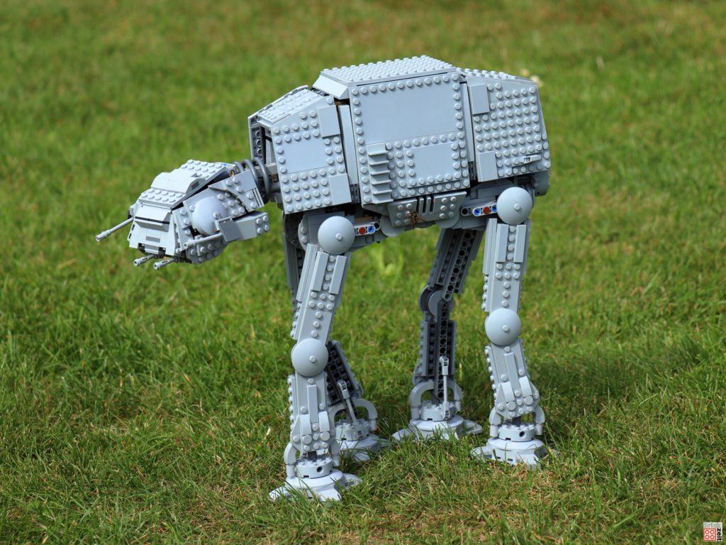 LEGO AT-AT bahnt sich seinen Weg durchs Gras | ©Brickzeit