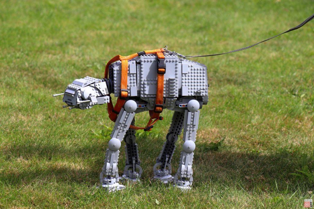 Gassi gehen mit dem LEGO AT-AT | ©Brickzeit