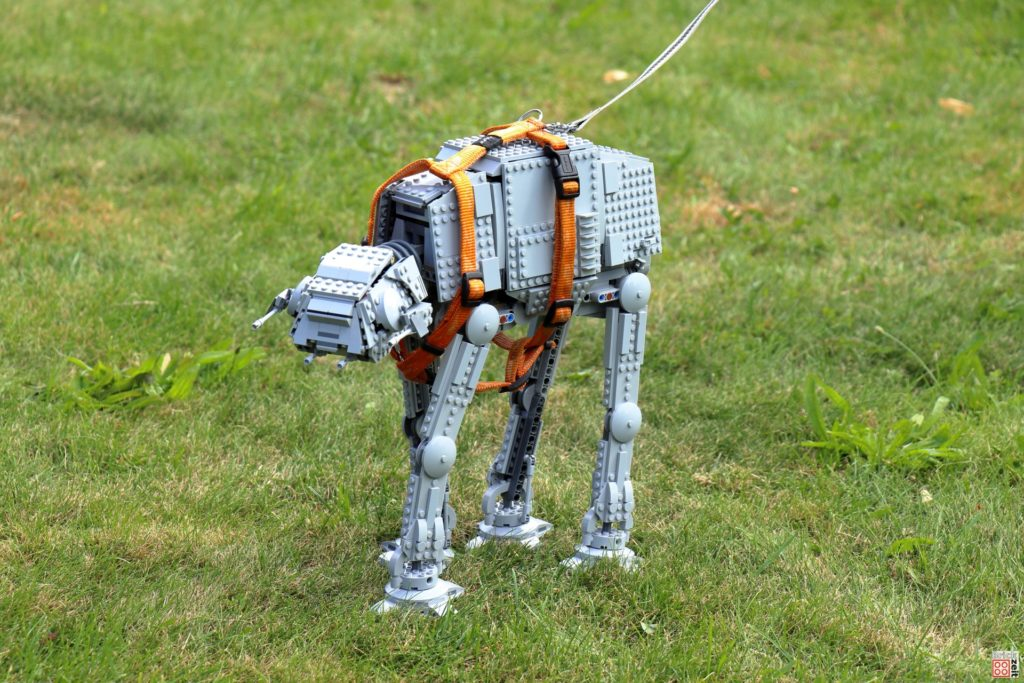 LEGO AT-AT an der Leine | ©Brickzeit