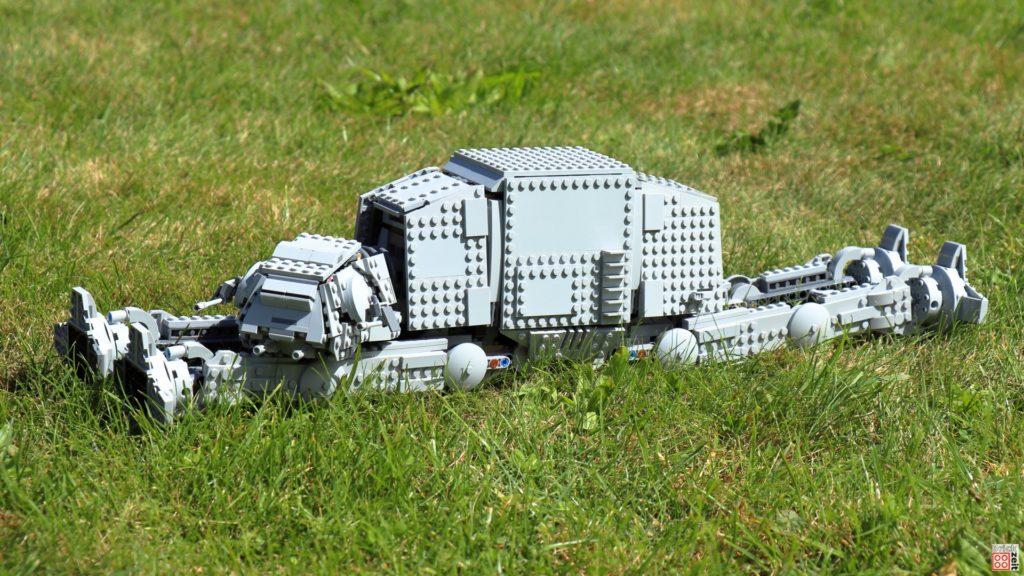 LEGO AT-AT liegt im Gras | ©Brickzeit