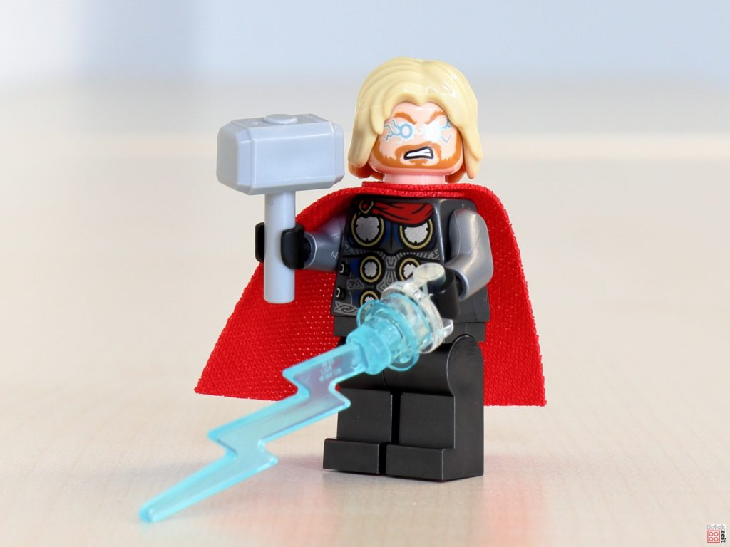 Thor mit Blitz und Hammer | ©Brickzeit