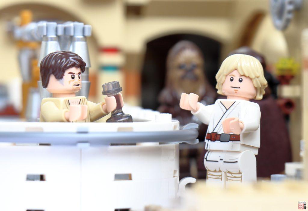Luke bestellt sich einen Drink während Ben mit Chewbacca spricht | ©Brickzeit