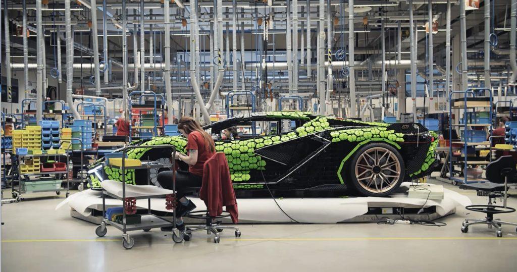 LEGO Werk Kladno (Tschechien) und der lebensgroßer LEGO® Technic™ Lamborghini Sían FKP 37 | ©LEGO Gruppe