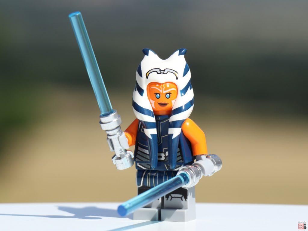 LEGO Ahsoka Tano mit zwei blauen Lichtschwertern   ©Brickzeit