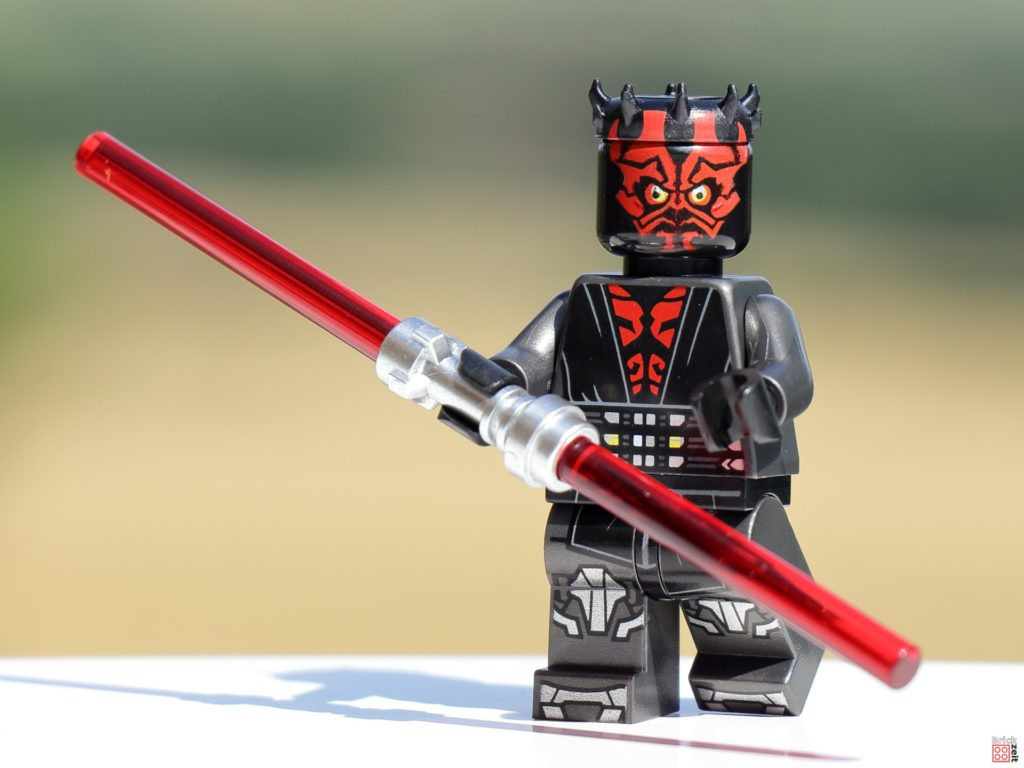 LEGO Darth Maul mit rotem Doppelklingen-Laserschwert   ©Brickzeit