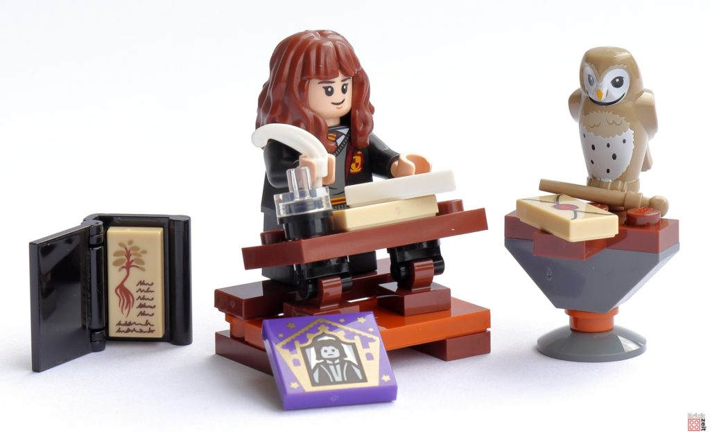 Hermine sitzt an ihrem Schreibtisch   ©Brickzeit