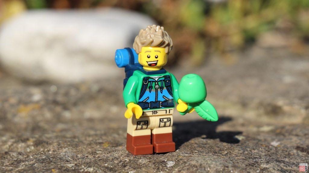 LEGO Wanderer freut sich über Apfel   ©Brickzeit