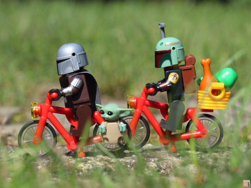 Baby Yoda und The Mandalorian machen eine Fahrradtour | ©Brickzeit